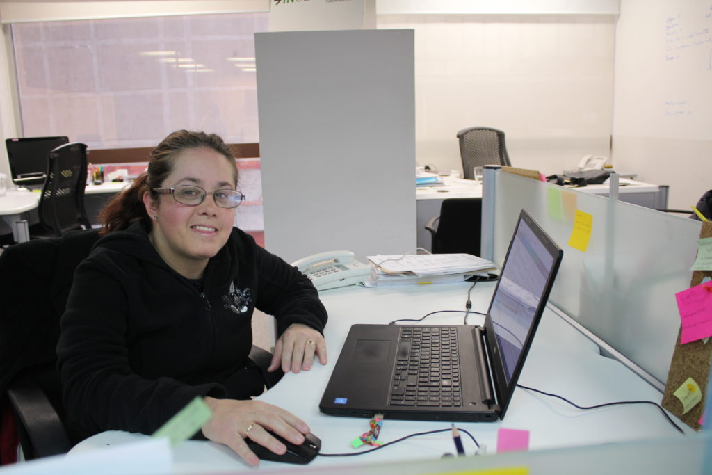 chica con discapacidad frente a la computadora